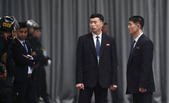 Cận cảnh đội cảnh vệ, an ninh Triều Tiên bên ngoài Metropole - Ảnh 10.