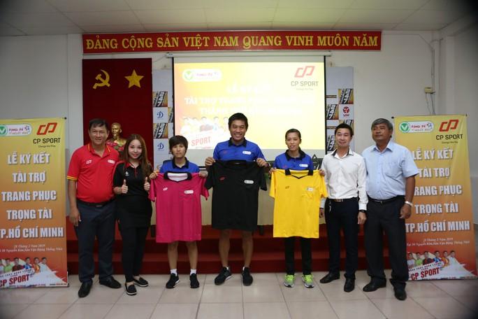 Trọng tài bóng đá TP HCM được tài trợ trang phục mới  - Ảnh 1.