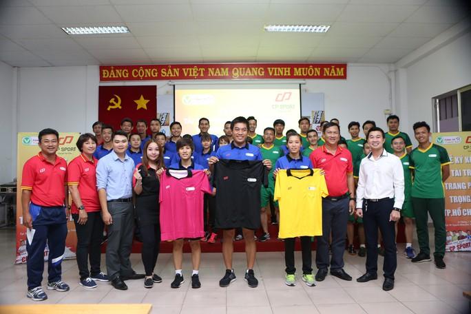 Trọng tài bóng đá TP HCM được tài trợ trang phục mới  - Ảnh 2.