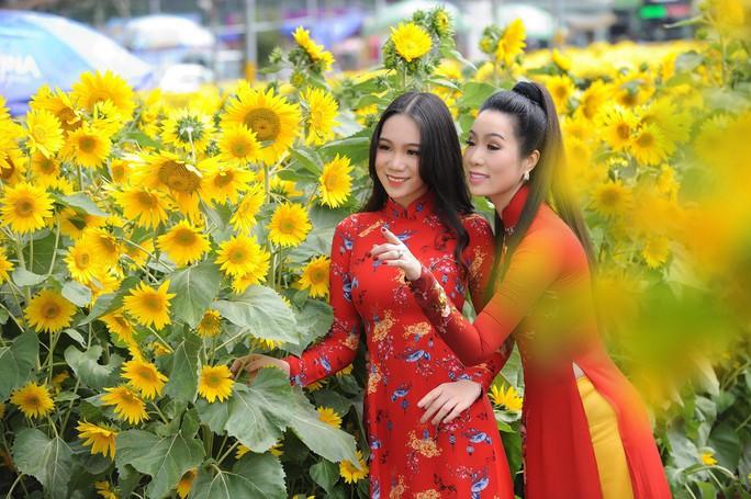 Lộ diện con gái xinh như hoa hậu của Trịnh Kim Chi trên phố Xuân - Ảnh 5.