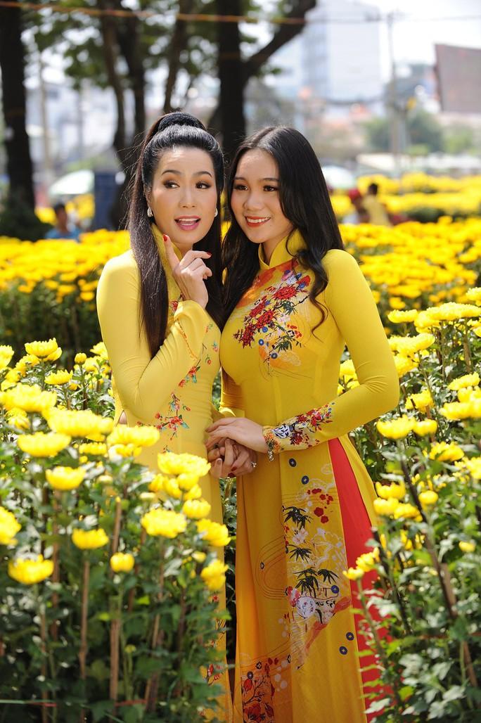 Lộ diện con gái xinh như hoa hậu của Trịnh Kim Chi trên phố Xuân - Ảnh 4.