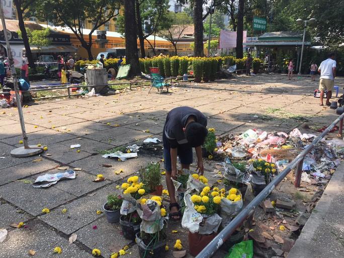 30 Tết, hoa kiểng rớt giá thê thảm nhưng ít bị đập bỏ - Ảnh 6.