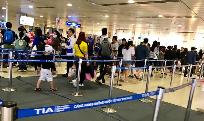 Sân bay Tân Sơn Nhất vắng lạ thường sáng 30 Tết - Ảnh 5.