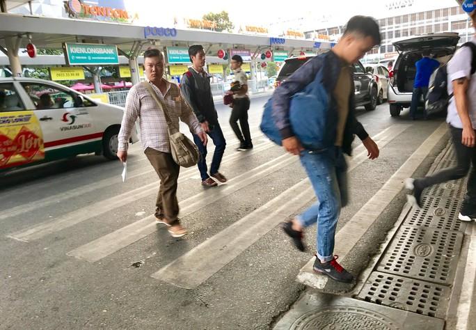 Sân bay Tân Sơn Nhất vắng lạ thường sáng 30 Tết - Ảnh 2.