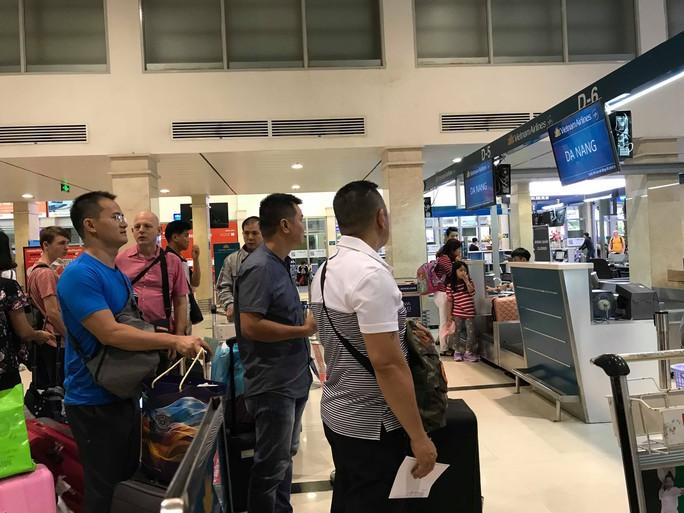 Sân bay Tân Sơn Nhất vắng lạ thường sáng 30 Tết - Ảnh 4.