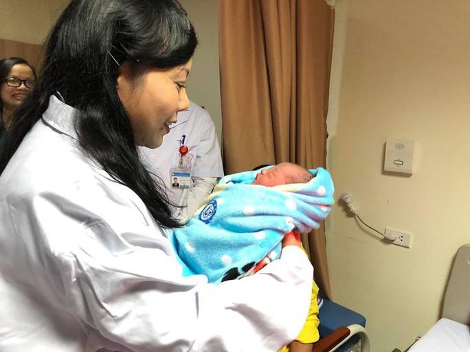 Bộ trưởng Nguyễn Thị Kim Tiến đón em bé chào đời trong đêm giao thừa - Ảnh 4.