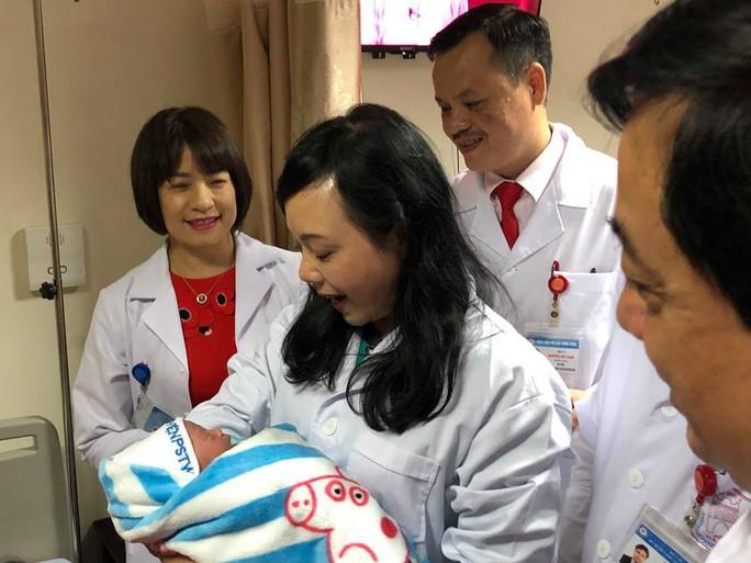 Bộ trưởng Nguyễn Thị Kim Tiến đón em bé chào đời trong đêm giao thừa - Ảnh 6.