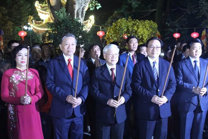 Tổng Bí thư, Chủ tịch nước lì xì cho công nhân môi trường trước thời khắc giao thừa - Ảnh 3.