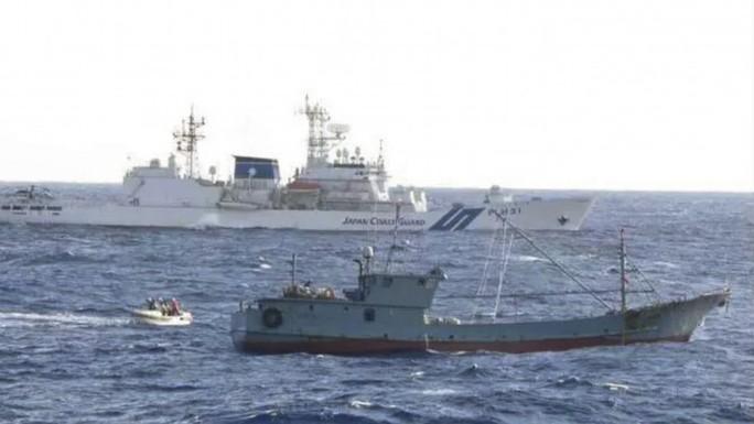 Tàu cá Trung Quốc bị bắt khi Ngoại trưởng Vương Nghị tiếp phái viên Nhật - Ảnh 1.