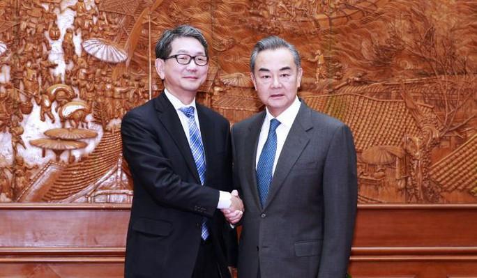 Tàu cá Trung Quốc bị bắt khi Ngoại trưởng Vương Nghị tiếp phái viên Nhật - Ảnh 2.
