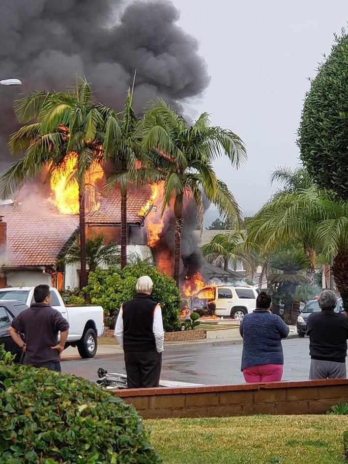 Máy bay lao vào khu dân cư ở quận Cam - Mỹ, ít nhất 2 người chết - Ảnh 1.