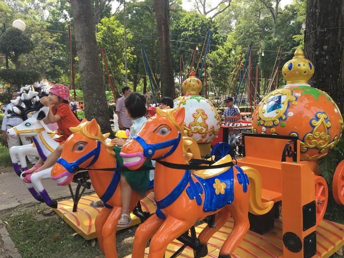 Người dân TP HCM và du khách ùn ùn check in Hội hoa Xuân Tao Đàn mùng 1 Tết - Ảnh 3.