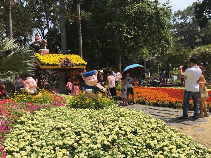 Người dân TP HCM và du khách ùn ùn check in Hội hoa Xuân Tao Đàn mùng 1 Tết - Ảnh 1.