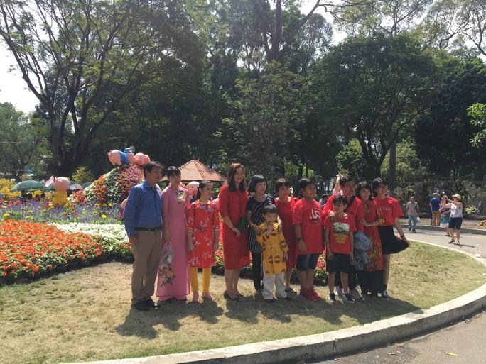 Người dân TP HCM và du khách ùn ùn check in Hội hoa Xuân Tao Đàn mùng 1 Tết - Ảnh 4.