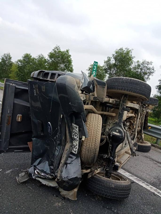 Tai nạn trên cao tốc Hà Nội-Hải Phòng chiều 30 Tết, 2 ô tô lật, 5 người bị thương - Ảnh 2.