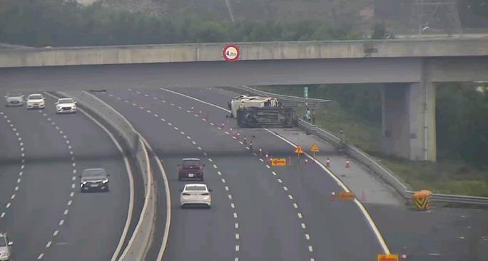 Tai nạn trên cao tốc Hà Nội-Hải Phòng chiều 30 Tết, 2 ô tô lật, 5 người bị thương - Ảnh 1.