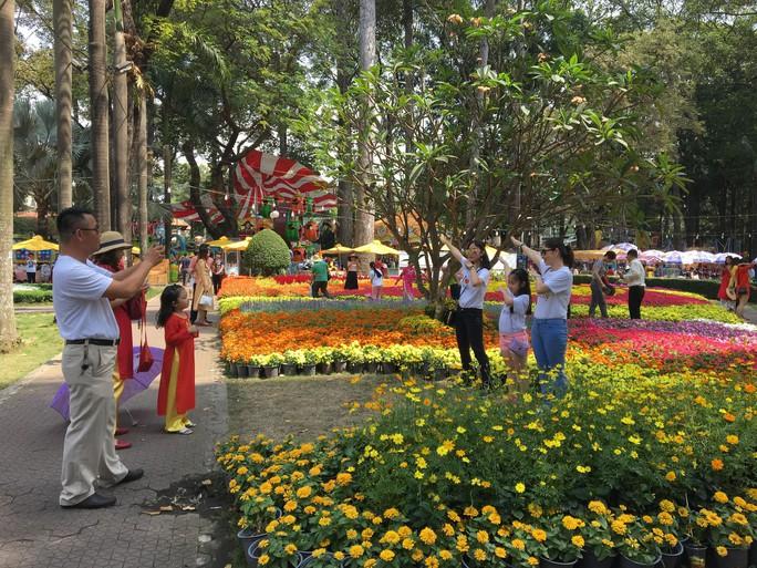 Người dân TP HCM và du khách ùn ùn check in Hội hoa Xuân Tao Đàn mùng 1 Tết - Ảnh 2.