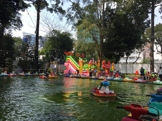 Người dân TP HCM và du khách ùn ùn check in Hội hoa Xuân Tao Đàn mùng 1 Tết - Ảnh 5.