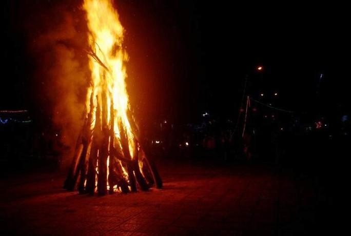 Độc đáo tục xin lửa đêm giao thừa ở ngôi làng cổ gần 400 năm - Ảnh 5.