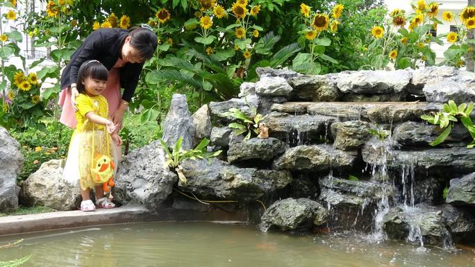 Trụ sở UBND tỉnh Đồng Tháp thân thiện đón khách du Xuân - Ảnh 1.
