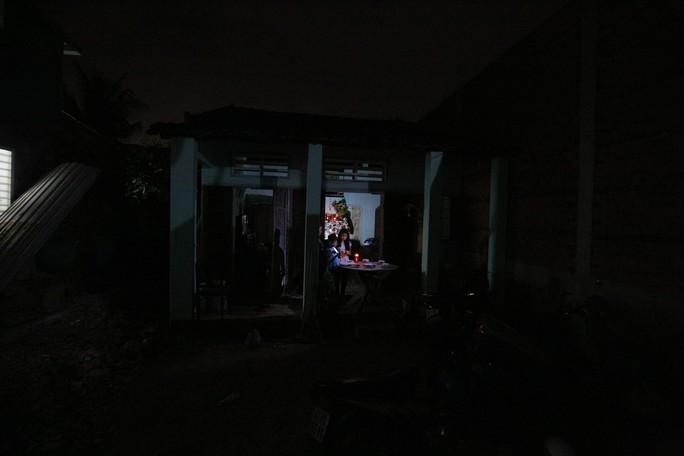 Nhà bị cúp điện, kêu cứu đêm 30 Tết! - Ảnh 2.