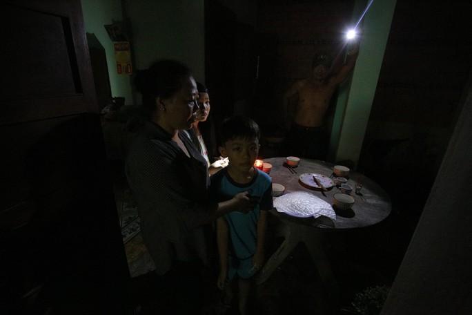 Nhà bị cúp điện, kêu cứu đêm 30 Tết! - Ảnh 3.