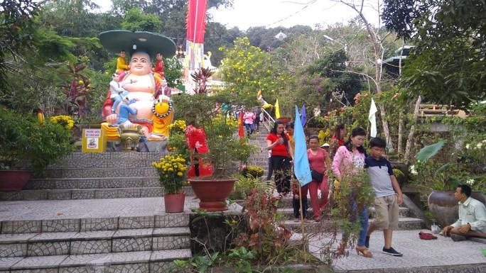 """Người dân """"đảo ngọc"""" Phú Quốc chen chân đi lễ chùa ngày đầu năm - Ảnh 2."""