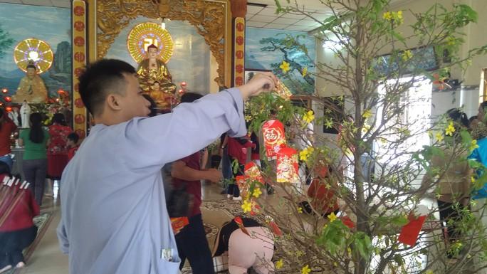 """Người dân """"đảo ngọc"""" Phú Quốc chen chân đi lễ chùa ngày đầu năm - Ảnh 6."""