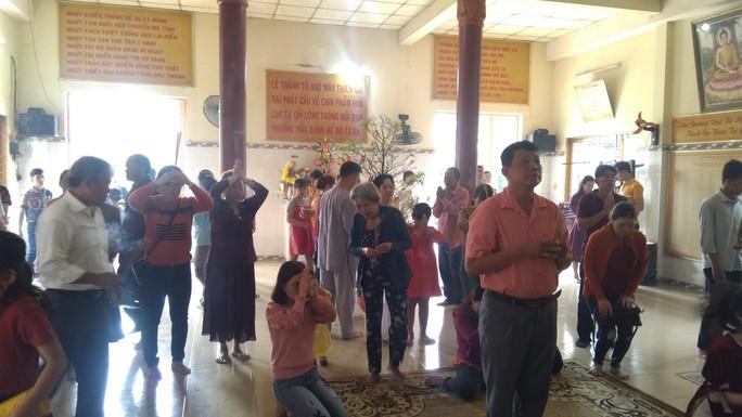 """Người dân """"đảo ngọc"""" Phú Quốc chen chân đi lễ chùa ngày đầu năm - Ảnh 7."""