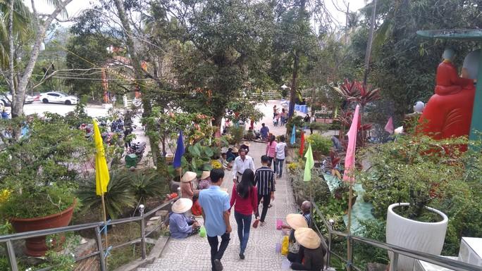 """Người dân """"đảo ngọc"""" Phú Quốc chen chân đi lễ chùa ngày đầu năm - Ảnh 9."""