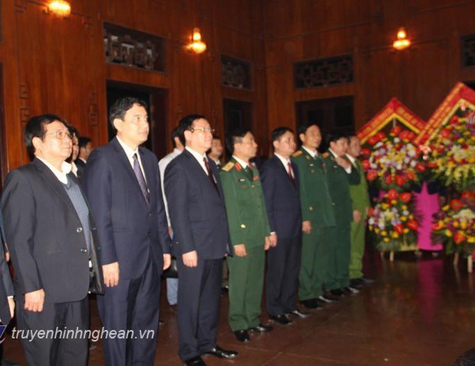 Phó Thủ tướng Vương Đình Huệ dâng hương tại Khu di tích Kim Liên trong đêm giao thừa - Ảnh 2.