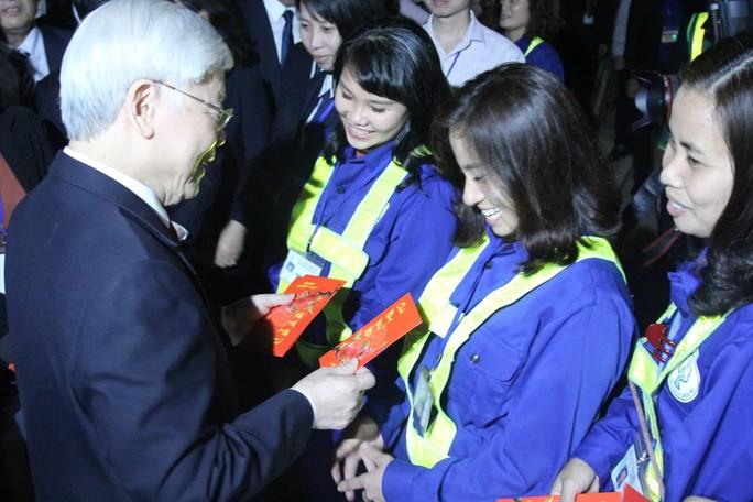 Tổng Bí thư, Chủ tịch nước lì xì cho công nhân môi trường trước thời khắc giao thừa - Ảnh 5.