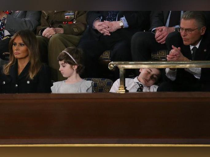 Cậu bé Trump ngủ gật khi nghe đọc Thông điệp Liên bang - Ảnh 1.
