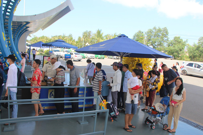 Du khách xếp hàng vào các điểm vui chơi giải trí ở Phú Quốc  - Ảnh 1.