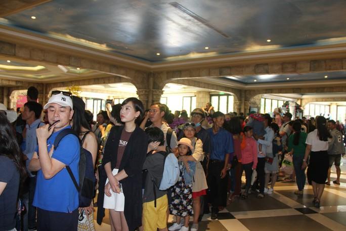 Du khách xếp hàng vào các điểm vui chơi giải trí ở Phú Quốc  - Ảnh 4.