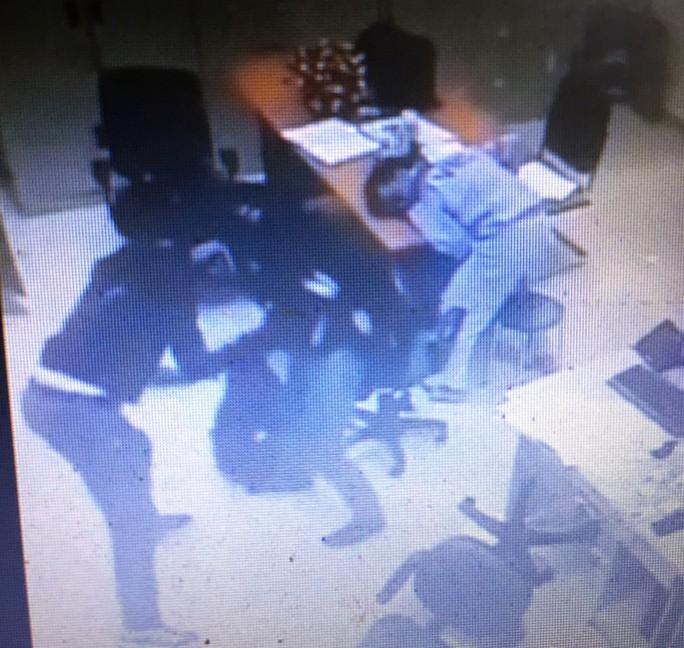 Vụ cướp ở trạm thu phí cao tốc: Bọn cướp đã bắn bể màn hình máy tính - Ảnh 1.