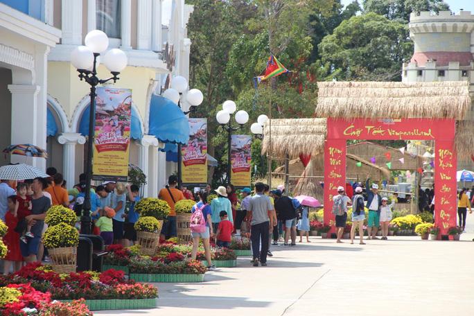 Du khách xếp hàng vào các điểm vui chơi giải trí ở Phú Quốc  - Ảnh 2.