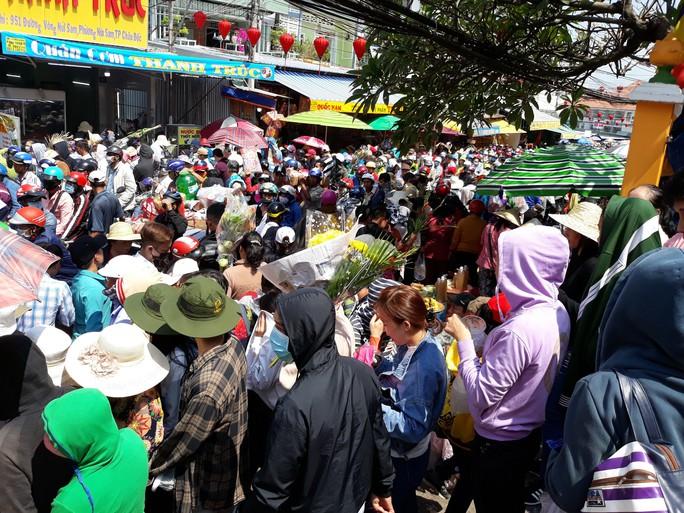 Kẹt cứng đường vào ngôi miếu lớn nhất Việt Nam - Ảnh 8.