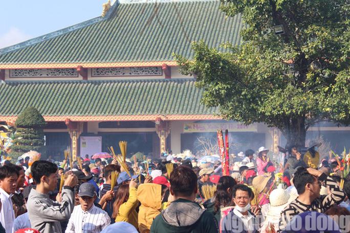 Mùng 4 Tết, Quán Âm Phật Đài ở Bạc Liêu quá tải lượng khách hành hương - Ảnh 6.