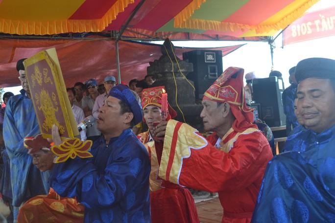 Lễ hội đua thuyền tứ linh đầu xuân ở Lý Sơn thu hút du khách - Ảnh 1.