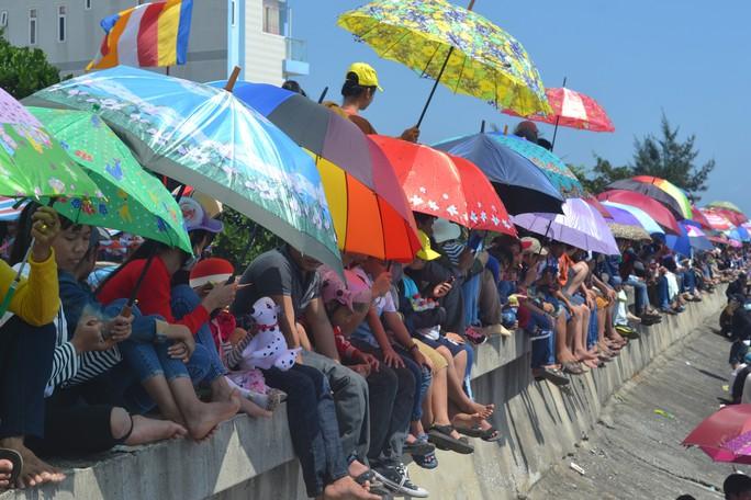 Lễ hội đua thuyền tứ linh đầu xuân ở Lý Sơn thu hút du khách - Ảnh 4.
