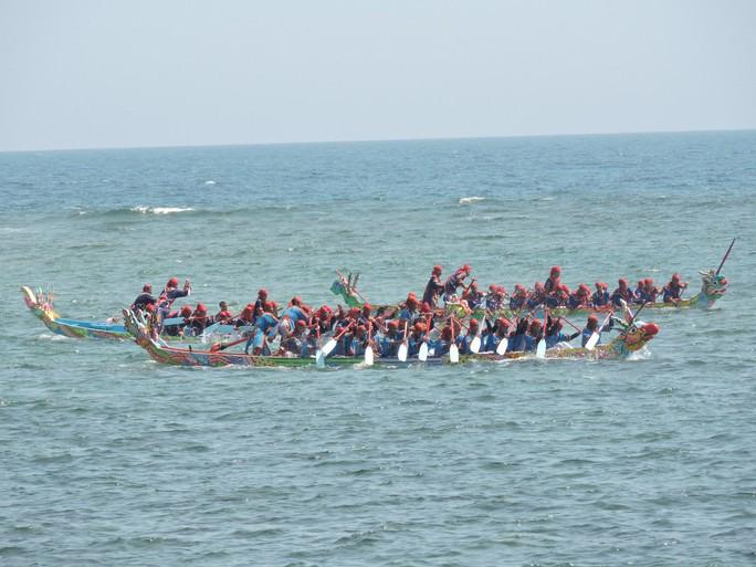 Lễ hội đua thuyền tứ linh đầu xuân ở Lý Sơn thu hút du khách - Ảnh 2.