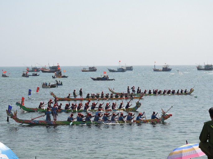 Lễ hội đua thuyền tứ linh đầu xuân ở Lý Sơn thu hút du khách - Ảnh 3.