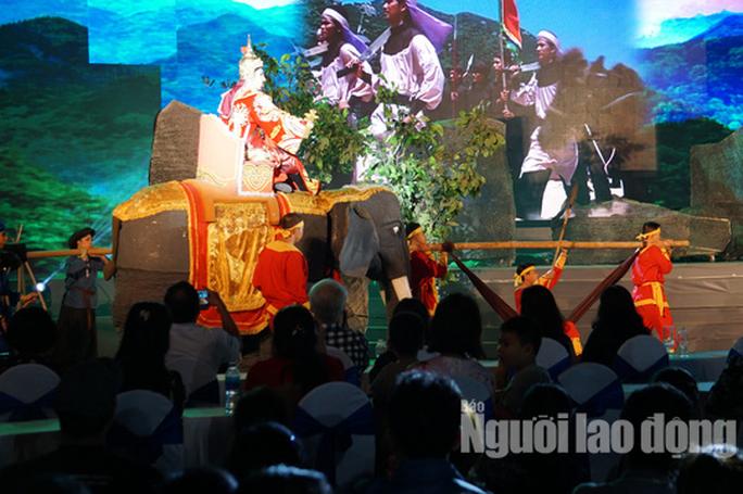 TP HCM: Hàng ngàn người dân nô nức xem sân khấu hóa chiến thắng Đống Đa - Ảnh 6.