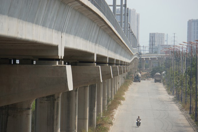 Nếu đổ ra cùng lúc, đường tại TP HCM không thể chứa hết ôtô con, xe máy - Ảnh 2.