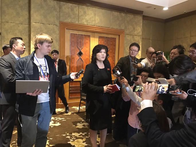 Ngoại trưởng Triều Tiên họp báo lúc 0 giờ tại khách sạn Melia - Ảnh 6.