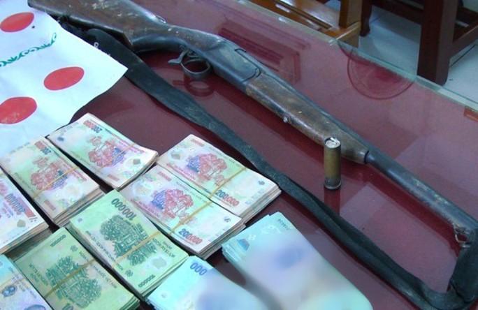 """Phá sới bạc """"khủng"""", bắt giữ 36 người và hơn 1 tỉ đồng - Ảnh 1."""