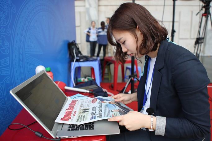 Cận cảnh những nữ phóng viên xinh đẹp tác nghiệp thượng đỉnh Mỹ-Triều - Ảnh 3.