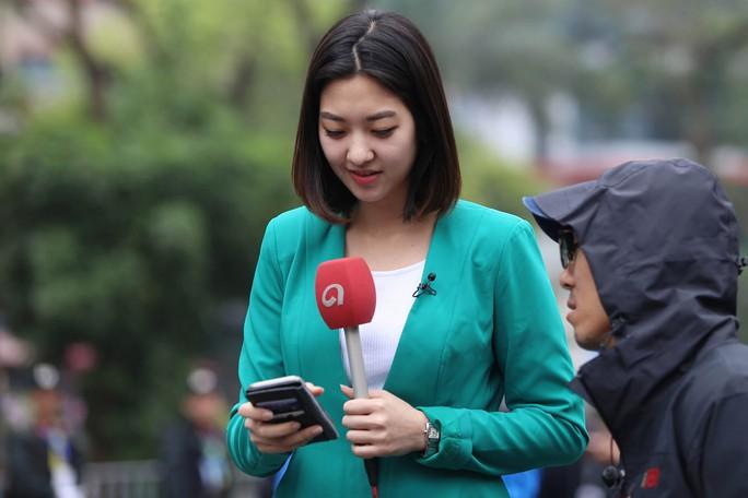 Cận cảnh những nữ phóng viên xinh đẹp tác nghiệp thượng đỉnh Mỹ-Triều - Ảnh 4.