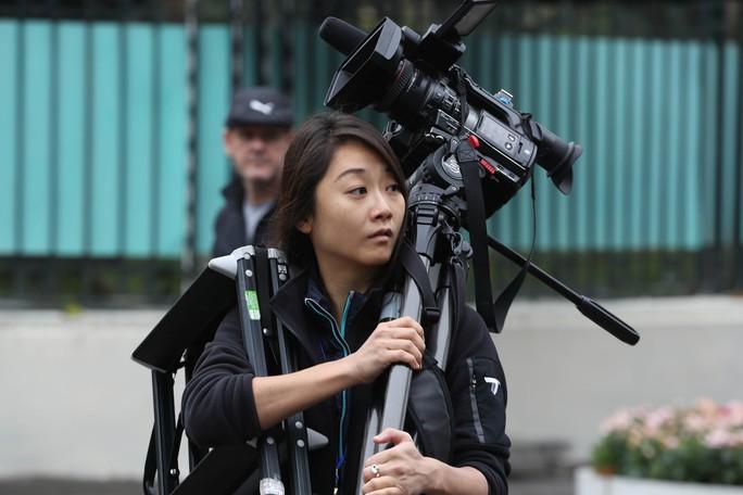 Cận cảnh những nữ phóng viên xinh đẹp tác nghiệp thượng đỉnh Mỹ-Triều - Ảnh 10.